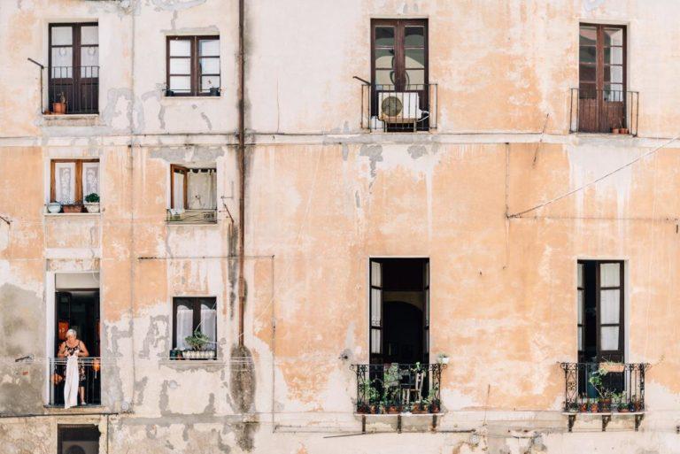 Co mogą zapewnić osłony na balkonie?